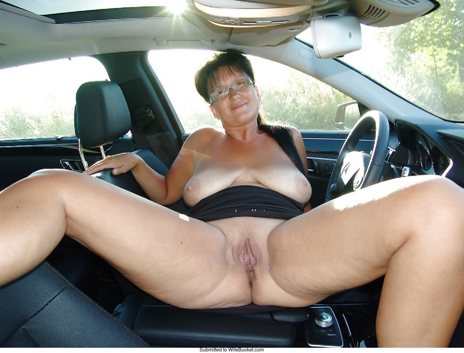 Remarkable milf shows pussy while driving