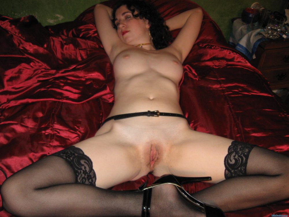 Wife shaves pussy