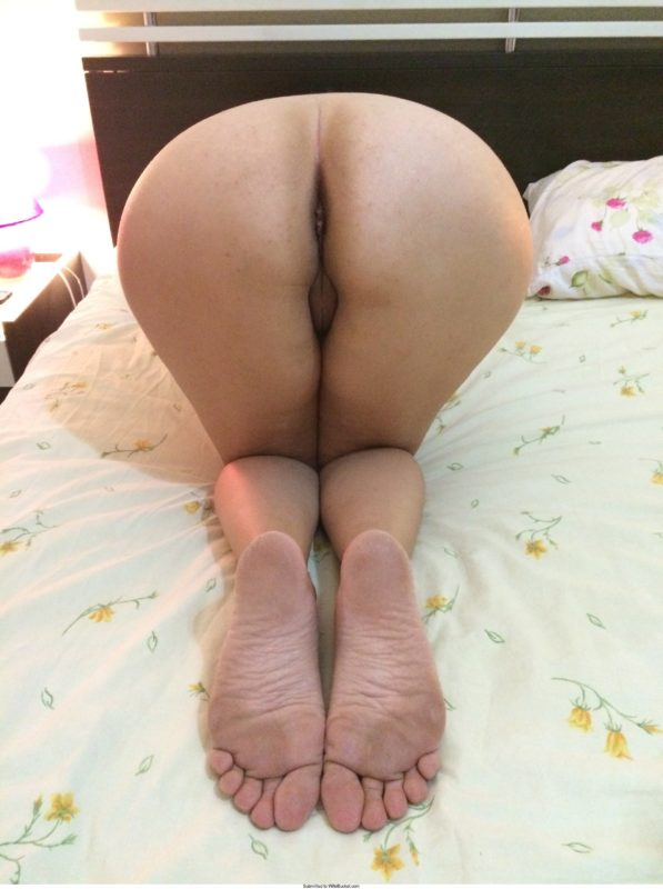 Amateur wife laying naked on side