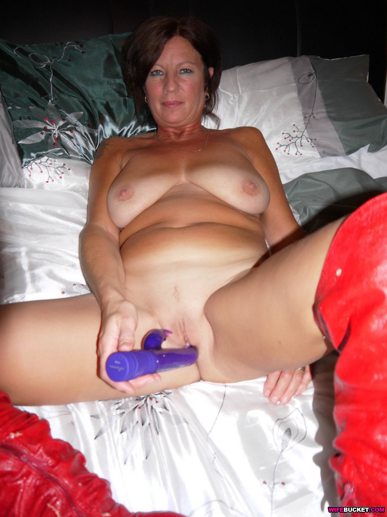 Sexy housewife nude