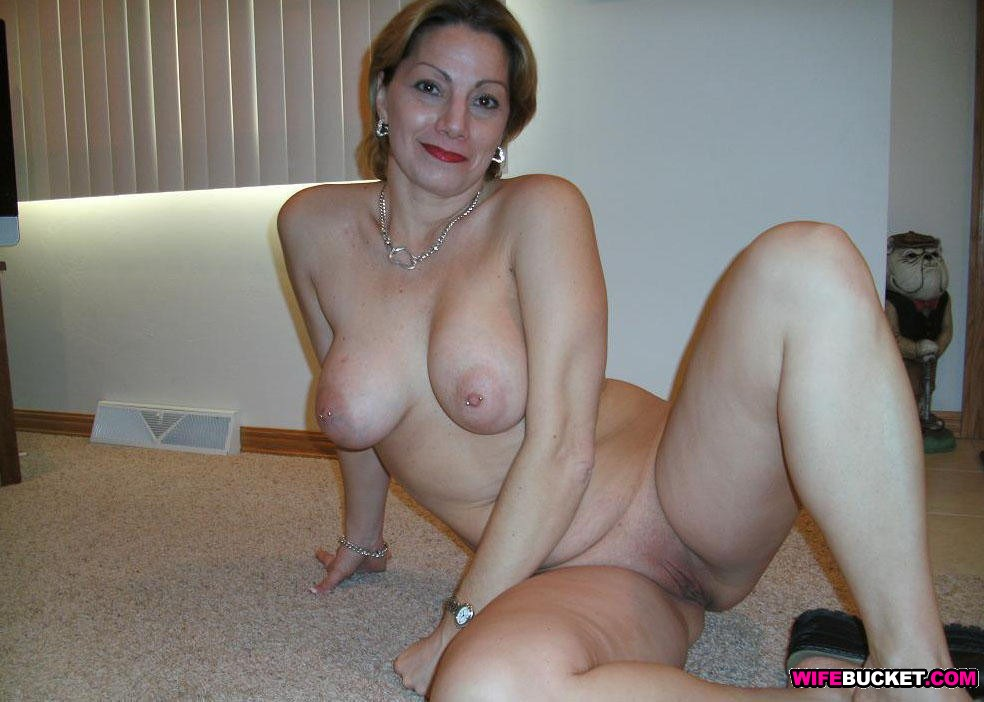 Wife Bucket - Real amateur MILFs, wives, and moms! Swingers too
