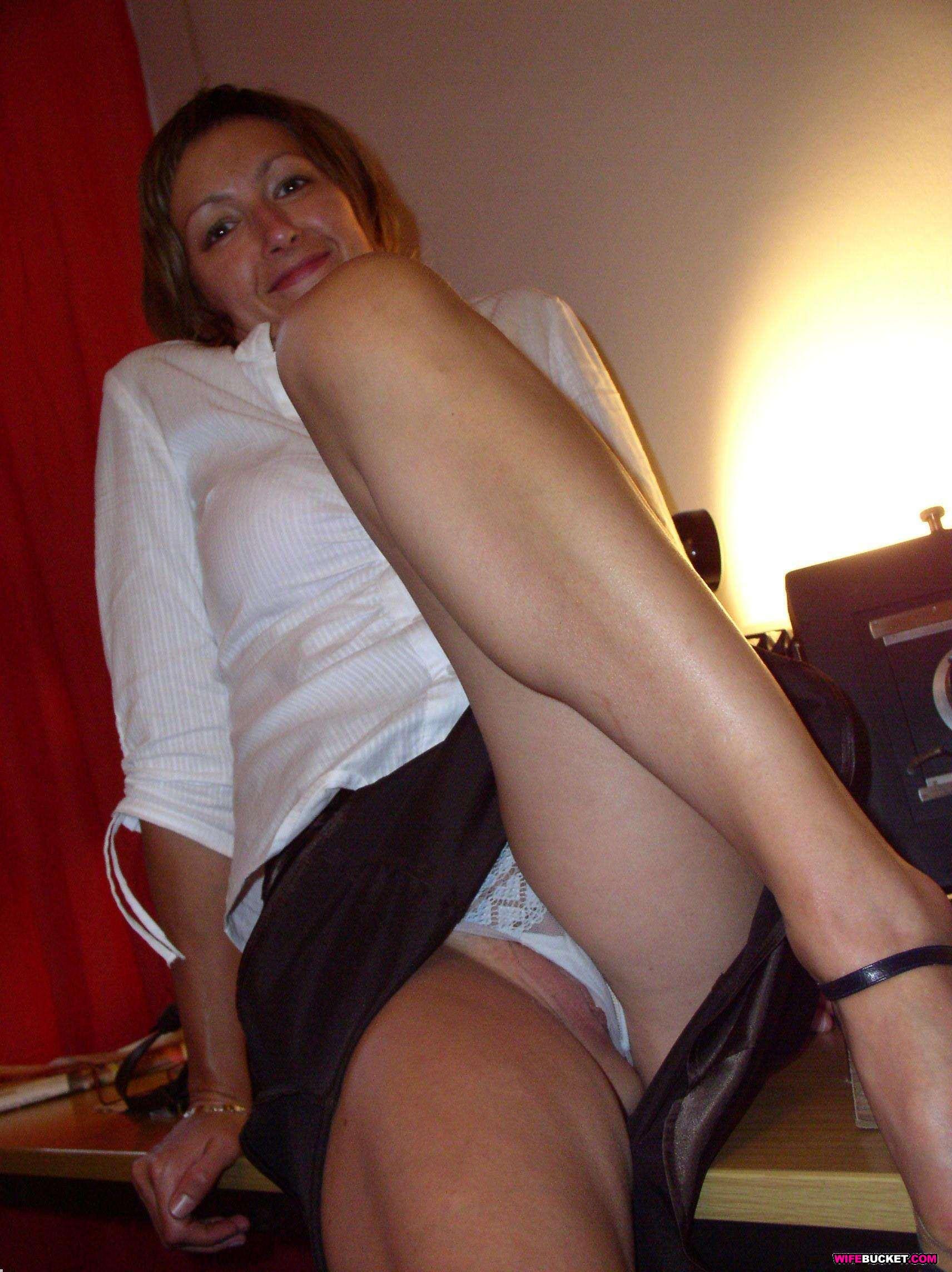 Фото у жены под юбкой