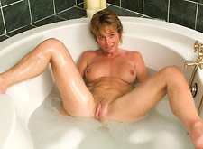 Mature Lady Spreads Naked in Tub