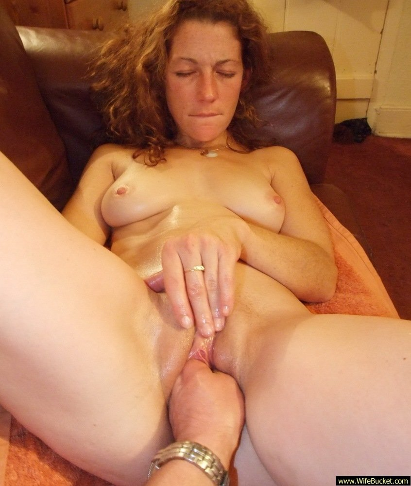 Amateur wife knows how to wank hubby 1