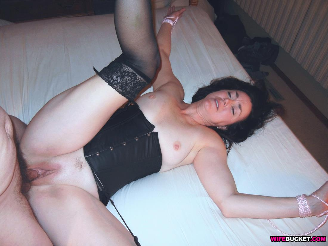 Blindfolded Mature hotel sex brunette room