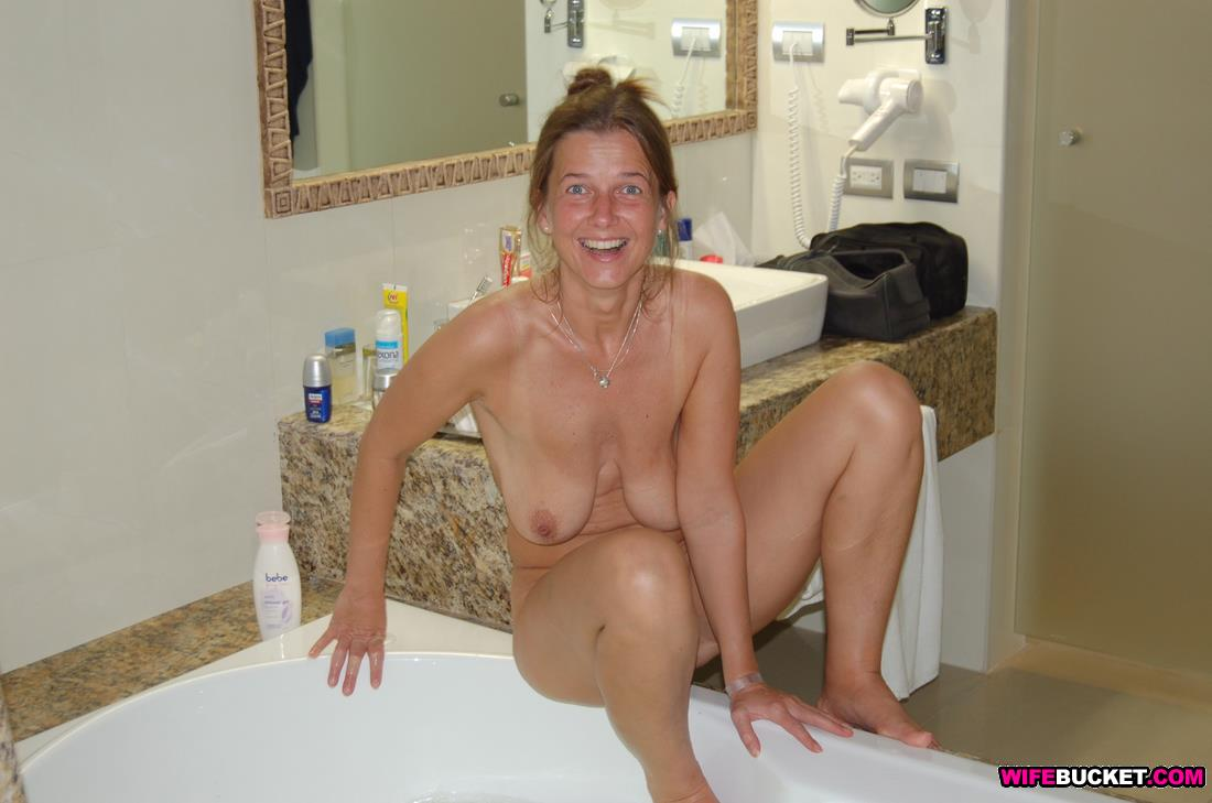 wifebucket | funny nudes from an older amateur woman
