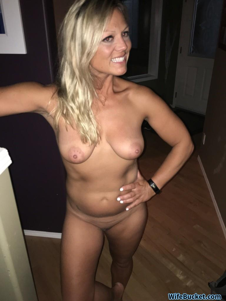 Amateur naked milf selfies